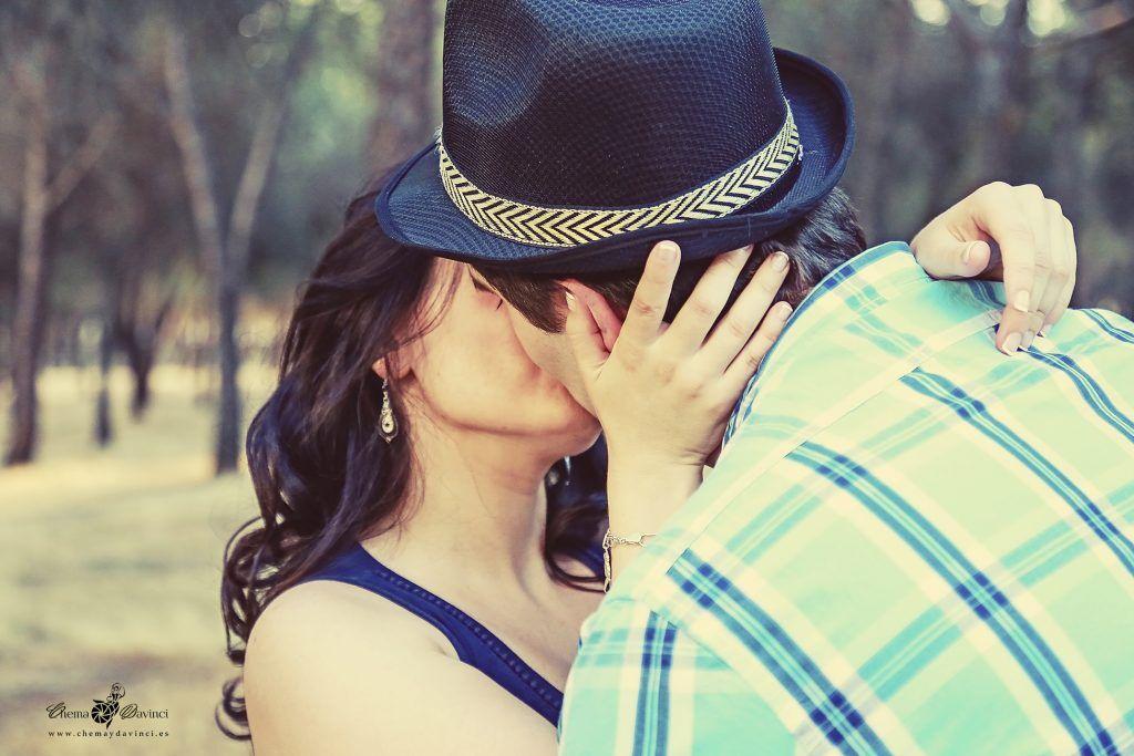 Pareja besándose. Foto de preboda. Chema & Davinci