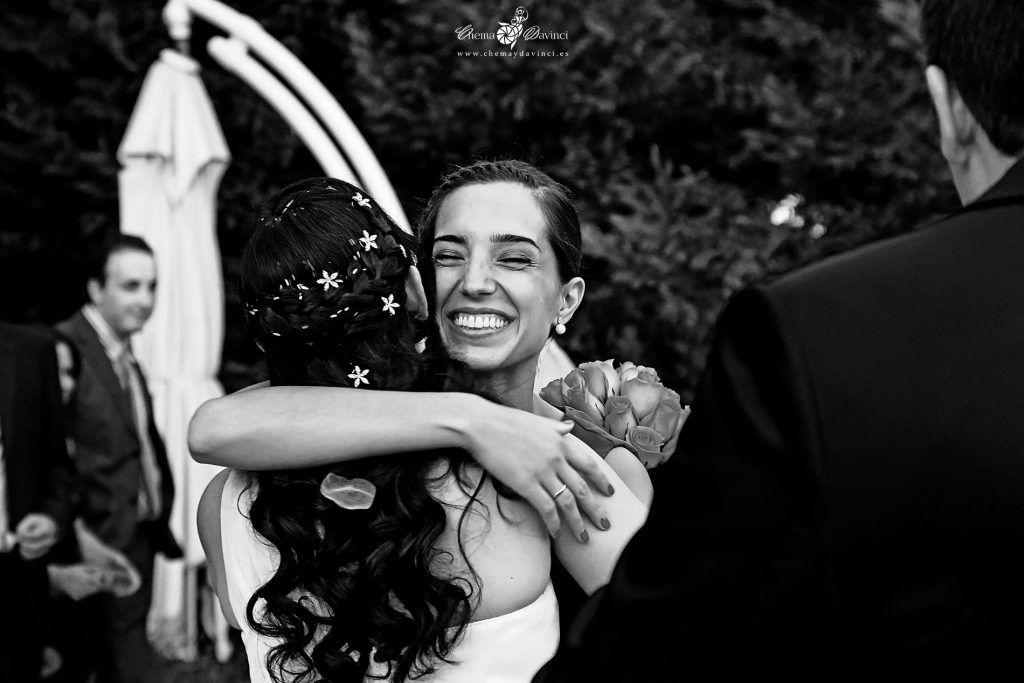 Una amiga de la novia la abraza al finalizar la ceremonia nupcial -Fotografía de Boda Chema & Davinci