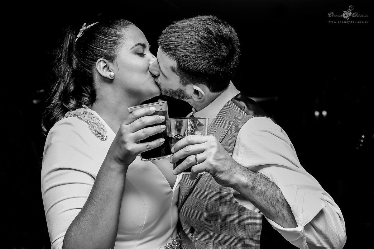 Pareja de novios se besan durante la fiesta de su boda en el Restaurante San Francisco, de El Pardo Madrid